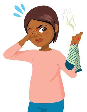 Escena de acción divertida joven negra recogiendo calcetín con mal olor