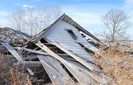 afgebroken huis op het platteland