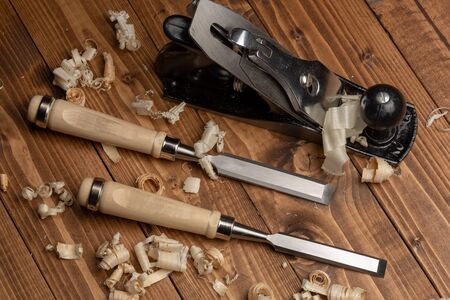 Chisel and metal planer with wood shavings 版權商用圖片