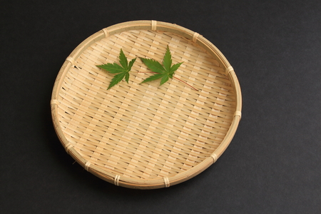 underlay: Arrange the maple leaves in a colander