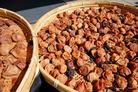 encurtidos: Making Japanese preserved food plum Umeboshi, drying in the sun Foto de archivo