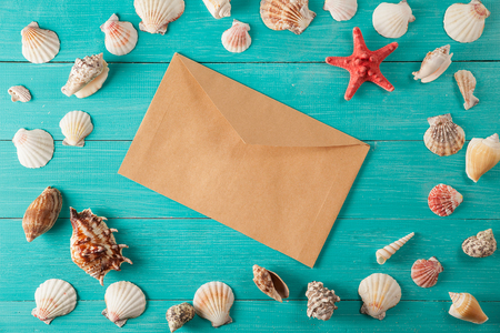 paper for notes near seashells on  wooden background 版權商用圖片