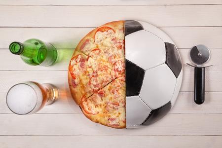절반 축구 공 및 피자 맥주의 상위 뷰. 창조적 아이디어. 스톡 콘텐츠