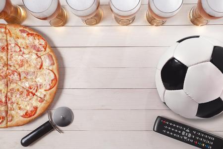 glazen bier met pizza en voetbal. Ruimte kopiëren.