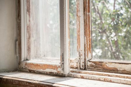close-up van een oud sjofel verrot raam Stockfoto