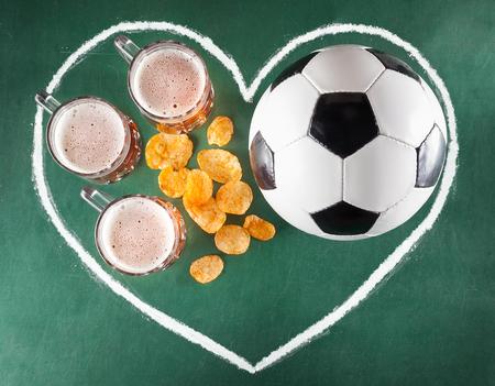 Sportbar van biermokken, spaanders en voetbalbal wordt geplaatst in tekeningshart op groene achtergrond die.