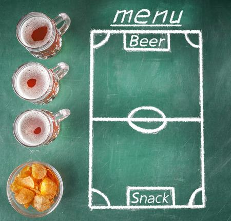 Bier- en snackmenu. Groen creatief thema voor sportbalk. Sjabloon van biermokken, chips en tekenmenu in vormvoetbalveld. Stockfoto