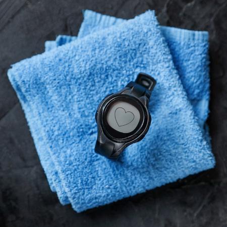 hartslagmeter op blauwe handdoek. detailopname
