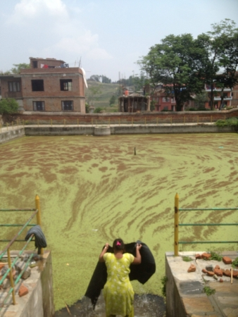 lavando ropa: Rural lavado de ropa dama en Nepal