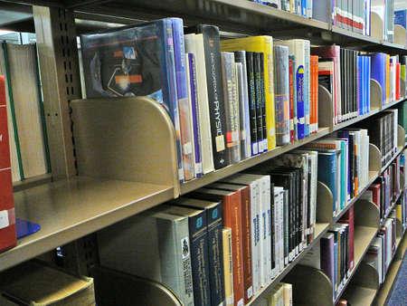 Library books on shelves. Zdjęcie Seryjne