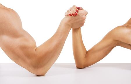 hombre fuerte: Un hombre y una mujer con las manos cruzadas pulso, aislado en blanco
