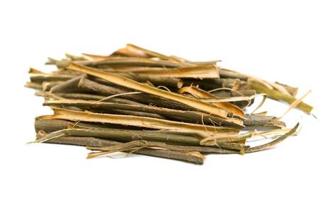 허벌 의학에서 사용하는 흰색 배경에 흰색 버드 나무 껍질 의료 허브. Salix 알바