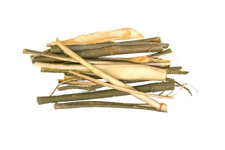 sauce: Corteza de sauce blanco hierba medicinal aislados en fondo blanco, utilizado en la medicina herbal. Salix alba Foto de archivo
