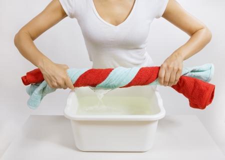 lavamanos: El lavado de manos de la ropa de color - mujer con toallas de color en su mano Foto de archivo
