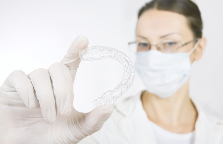 Un dentiste avec plateau de dent (les mains tenant le plateau de dent individuelle) Banque d'images - 21621194
