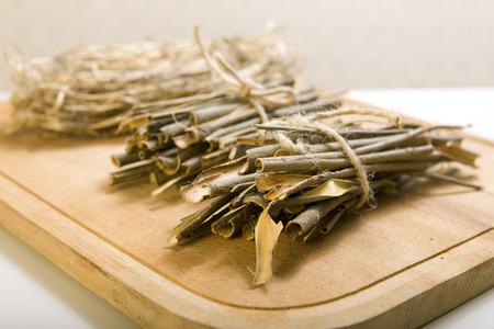 白ヤナギの樹皮医療ハーブ漢方薬で使用されて、白い背景上に分離されて。ヤナギ属アルバ