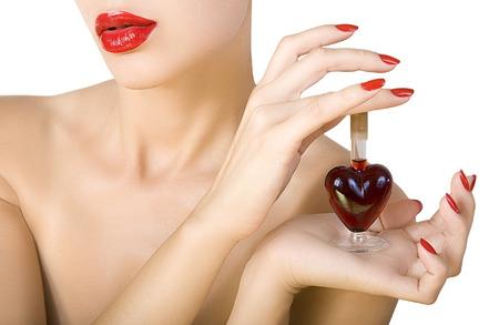 pocion: Mujer hermosa con el lápiz labial rojo y esmalte de uñas rojo celebración elixir de Amor