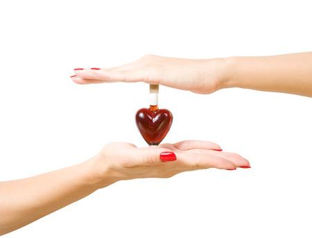 elixir: mano femenina que sostiene elixir de amor, aislado sobre fondo blanco