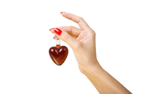 elixir: Mano femenina que sostiene elixir de amor, aislado en fondo blanco