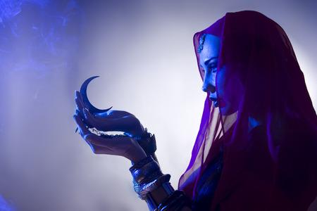 Schöne junge indischen Frau in traditioneller Kleidung mit Weihrauch und orientalischen Schmuck. Schönes Mädchen beten (blau Linseneffekt) Standard-Bild - 32260171