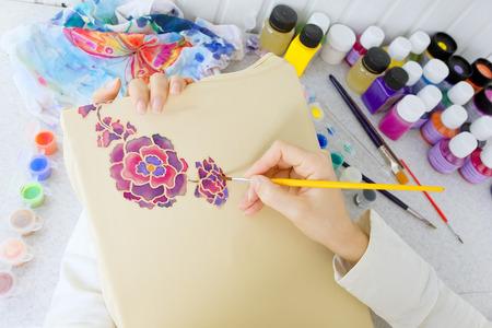 batik: Processus Batik: artiste peint sur toile, Batik de décision. Un artiste peindre le motif floral sur un tissu de batik Banque d'images