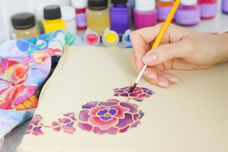 batik: Processus Batik: artiste peint sur tissu, Batik de d�cision. Un artiste peint le motif floral sur un tissu de batik