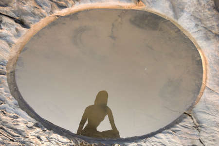 paz interior: Paisaje tranquilo hermoso en la India. Minimalismo gráfico, agujero geométrica y hermosa silueta meditación, el silencio y la armonía interior, la espiritualidad