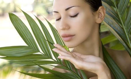 masaje facial: Mujer caucásica hermosa que sostiene natural de aloe vera gel, cuidado de la piel facial y el bienestar. Máscara facial hidratar, salón de spa al aire libre. Foto de archivo