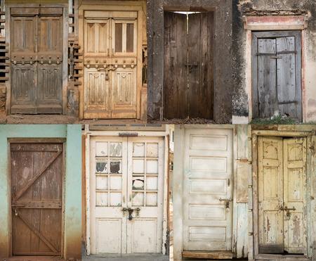 puertas antiguas: Conjunto de puertas antiguas, Puerta de madera vieja con la pintura agrietada, fondo