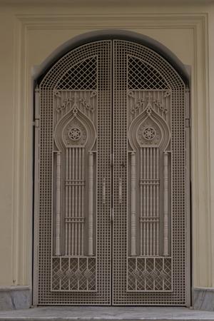 portones: Puerta de hierro viejo hermoso, puertas. Puerta de la vendimia con el ornamento Foto de archivo