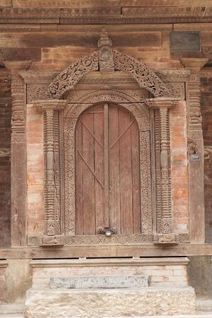 puertas de madera: Hermosa y antigua puerta de madera, puerta antiguo de la vendimia de Kakeshwor Tample con el ornamento en Katmandú, Nepal Foto de archivo