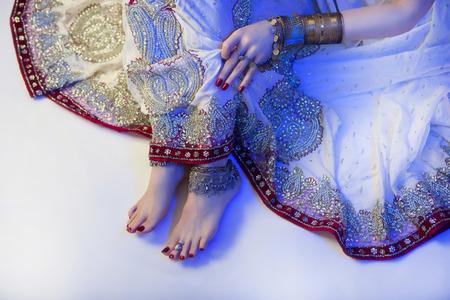 Indian Wedding Voorbereiding. Luxe Oosterse schoonheid van de manier Accessoires: Vrouwelijke voet, Beautiful National Indian Bridal zilveren sieraden. Eastern Traditionele Sari kleren. blauw filter Stockfoto