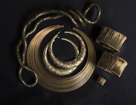 danza africana: joyas de oro oriental hermosa (india, árabe, africana, Egipto). Accesorios de Moda exóticos, joyas de oro asiático. Joyería tribal de la danza del vientre trajes orientales. Collar, pendientes, pulseras. Foto de archivo