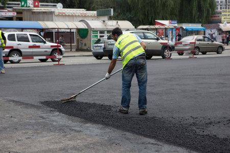 ウクライナ ・ キエフ 2016年 7 月: 道路舗装、建設。路上工事の補修工事 2016 キエフで Peremogy アベニュー - キエフの中央道路の一つに中にアスファルトの労働者石乳香を敷設 報道画像