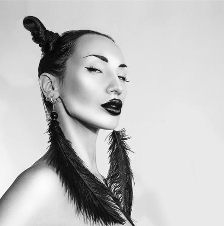 Belle Sexy élégante femme, noir et blanc. Cheeky Youth Club de look cool Trendy. Élégant accessoire de mode, Creative Coiffure et maquillage. Fille Enthousiaste, le visage de beauté. style rock Banque d'images - 61997460