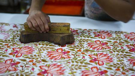 Bloque de impresión para textiles en la India. Jaipur Block Printing proceso tradicional. Impresión de madera del bloque con el ornamento oriental para la tela. Pintura tradicional del textil indio. Pinturas naturales. Artesanía de Rajastán