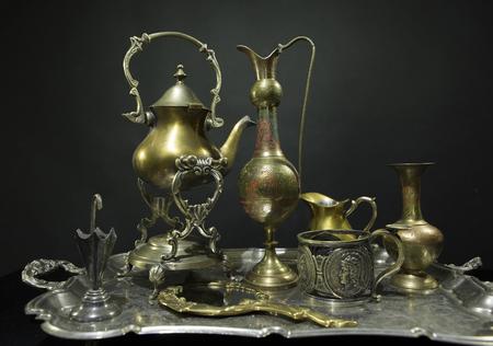 Servizio d'antiquariato. Antiquariato su un vecchio vassoio d'argento su uno sfondo scuro. Bellissimo servizio da tè placcato argento antico sul tavolo Archivio Fotografico