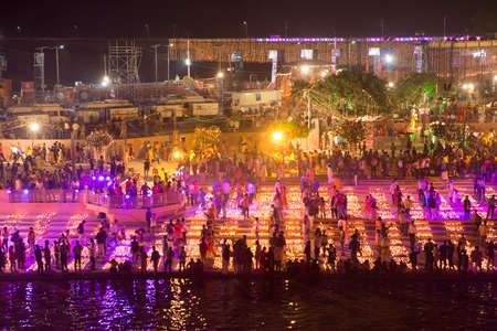 AYODYA, INDIA – Oct 2019: People celebrate Diwali Hindu Festival of Lights near the sacred river in Ayodya, India on Oct, 2019. Diwali (Deepavali) in Ayodhya celebrated with a military parade. 新聞圖片