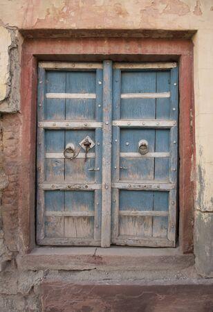 The Old wooden Door Texture, BackgroundThe Old wooden Door with Cracked Paint, Background 版權商用圖片