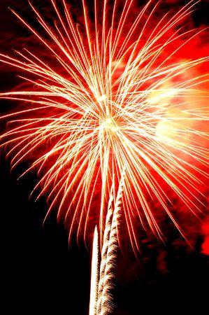 dia y noche: Celebraci�n del D�a de la Independencia explosi�n de fuegos artificiales sobre el cielo de la noche Foto de archivo