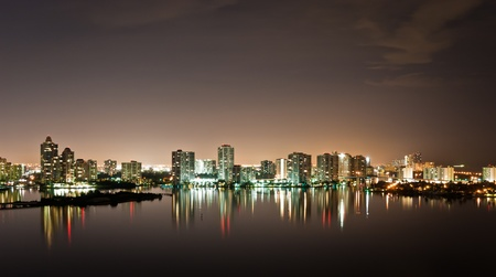 Night view on Aventura from Sunny Isles Beach over Intercoastal Waterway 免版税图像