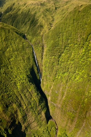 Kahiwa ca�das imagen tomada desde helic�ptero, isla de Molokai, Hawaii Foto de archivo - 16130668