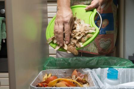 residuos organicos: Los residuos domésticos clasificación y reciclaje de contenedores de cocina en el cajón. Recoger los restos de comida para el compostaje. Comportamiento ambientalmente responsable, el concepto de ecología.