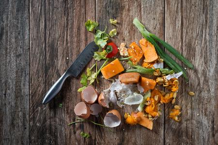 Organische resten, afval uit plantaardige klaar voor recycling en composteren. Het verzamelen van voedsel restjes voor compostering. Milieuvriendelijk gedrag, ecologie concept.