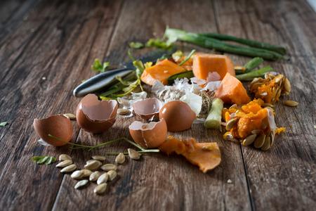 basura organica: sobras orgánicos, residuos de vegetales listos para el reciclaje y el compostaje. La recogida de restos de comida para el compostaje. la conducta ambientalmente responsable, el concepto de ecología. Foto de archivo