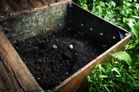 Prêt tas de compost fait dans une caisse en bois Banque d'images