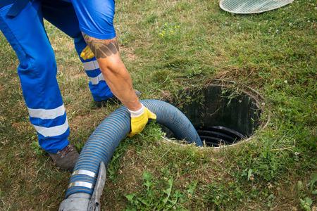 Huishoudelijke septic tank leegmaken. Slib verwijderen uit septisch systeem.