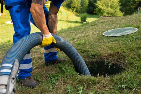Huishoudelijke septic tank leegmaken. Slib verwijderen uit septisch systeem. Stockfoto