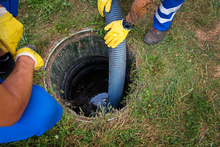Emptying household septic tank. Cleaning and unblocking clogged drain. Stockfoto