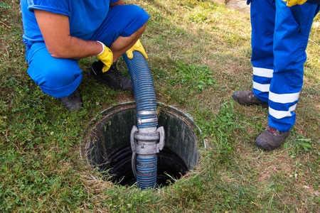 Emptying household septic tank. Cleaning and unblocking clogged drain. Standard-Bild